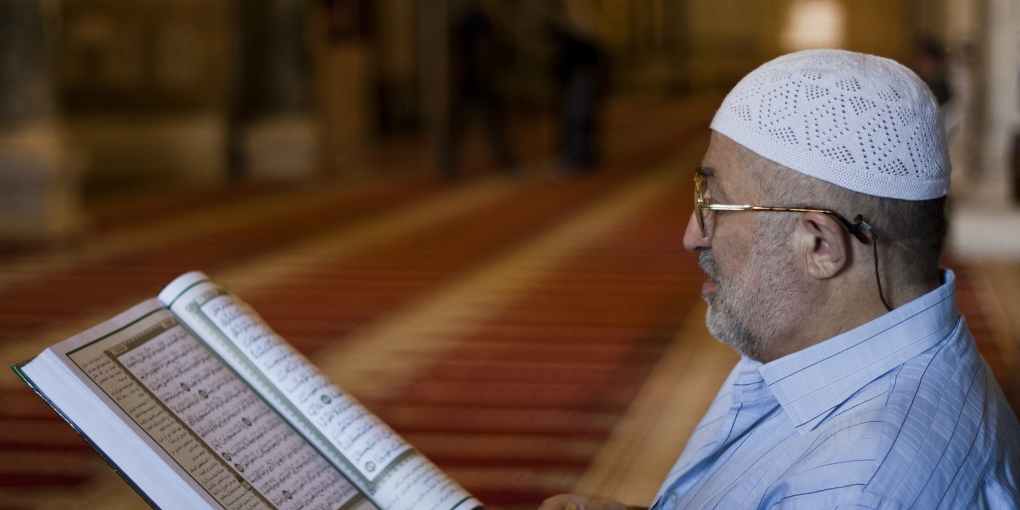 Palestinian_Muslim_reading_The_Holy_Qur'an_in_Al-Aqsa_mosque